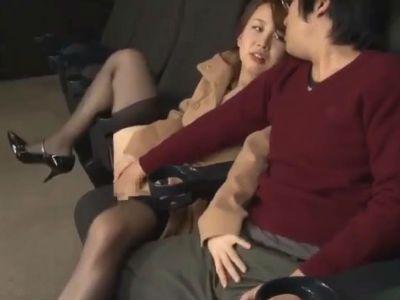 無料痴女動画30分映画館でデートしてるカップルの彼氏にオマンコを触らせトイレに連れ込む痴女 宮地さくら