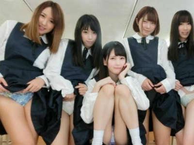 制服からパンチラ見せつけ挑発してくるヤリマンで小悪魔な同級生たちにオナサポされる学園生活