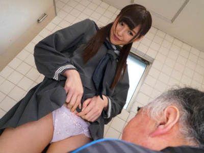 学校のトイレだというのにおっさんを誘惑して逆レイプしちゃうS級美少女JK 橋本ありな