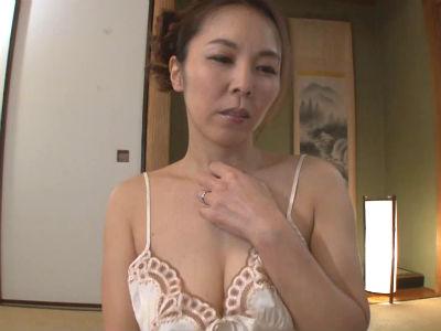 彼女の母の色気と熟れた魅力そしてテクニックに誘惑されてしまう彼氏 矢吹京子