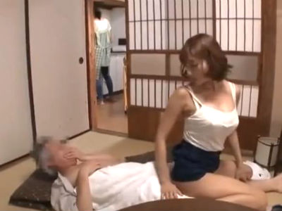 田舎に民泊させてもらったお礼におじいちゃんのチンコを責めまくってる巨乳AV女優 明日花キララ