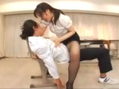 「お前童貞なんだろ?」童貞生徒を教室で逆レイプして初めてを奪う女教師 鮎川なお
