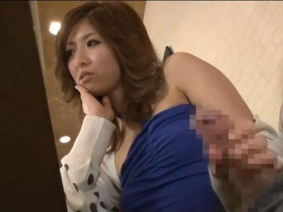 「別れてくれる?」友達の彼氏を飲食店のテーブルの下で絶品テクで手コキをする痴女