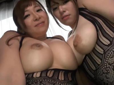 「オシリも見たいのぉ?」ムチムチな巨乳熟女にレズプレイを見せつけられる KAORI 潮見百合子