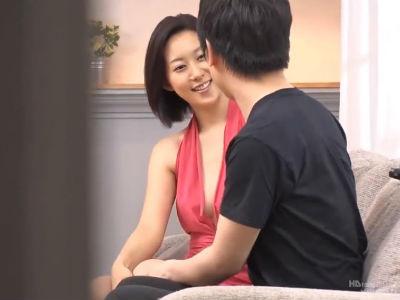 童貞君のリクエストに答えてエッチな服装に着替えて筆下ろしする元CAの上品痴女 松下紗栄子