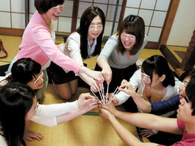町内のママさん会合で奥様軍団×男1匹でエロ遊戯に発展!