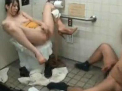 公衆トイレで中出しセックス!出されたザーメンでオナニーして絶頂に達するドエロお姉さん