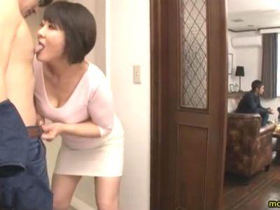 旦那が連れてきた会社の若い部下を隠れて痴女る熟女 円城ひとみ