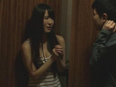 部屋で変な音がすると童貞大学生を部屋に連れてきてそのままエッチに誘惑する人妻 日向あいり