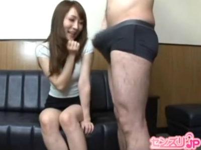 目の前でオナニーを見せられ自分から触り始めるセクシーな雰囲気の人妻
