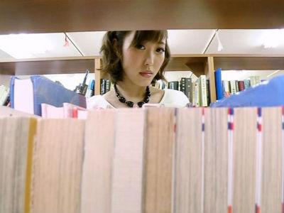 静かな図書館でタイトミニのキレイなお姉さんがパンティを見せつけてボクを誘ってくる 水野朝陽