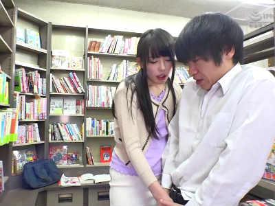 本屋でマジメな童貞学生を誘惑して店内で痴女る欲求不満の人妻