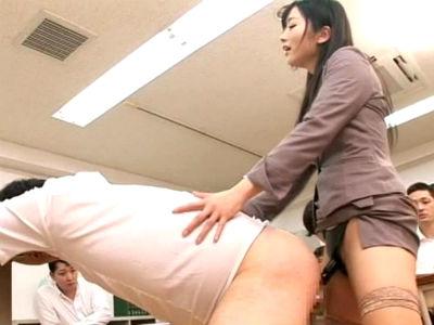 遅刻した生徒のアナルをペニバンで公開逆レイプするドSな女教師 大槻ひびき