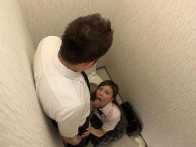 女性専用車両に乗り込んでしまったらjkにトイレに連れ込まれ痴女られた