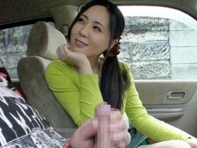 勃起チンポをしごきながらオナニードライブ 助手席で見ていた美女も徐々に火がついて…パクッと口マンコで抜いてもらう!