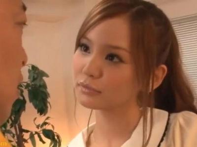 「ほら…見て」生徒を誘惑して若いチンポを漁る淫乱痴女教師 丘咲エミリ 新山沙弥