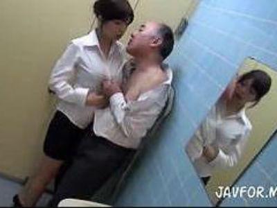 便所で性欲まみれのギャルが自慰行為!覗いてたおっさんを痴女責めエッチしちゃう!!