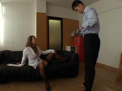 「こっちに来て服脱いで」面接ではとりあえずチンポを味見する淫乱ギャル社長 一条リオン