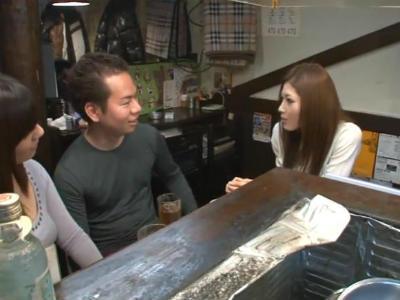 嫁と一緒に行った居酒屋で隣に座ったギャルに手コキされてしまった 小野紗里奈