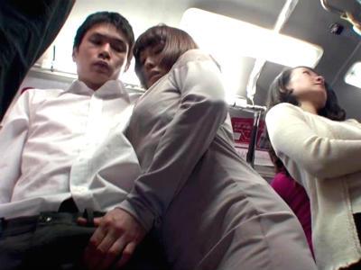 満員バスの中で人妻はエロい目でボクを見つめ周りにバレないように手コキしてくる