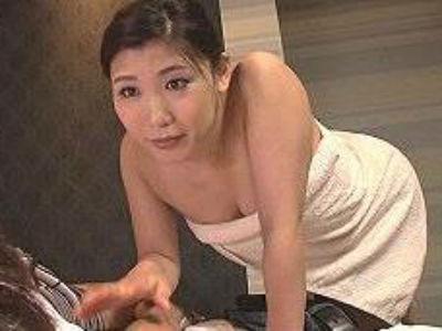 「おばさんで興奮してるの?」嵐で電車がとまり叔母さんとホテルに…むっちり熟女奥様が童貞チンポに発情した結果