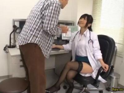 魔法のチケットを見せるとインテリ美人の女医も痴女化する 大槻ひびき