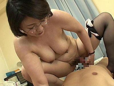 五十路母親は巨乳ドスケベ… 教室で淫乱フェラチオ⇒自宅で甘々SEXで絶頂