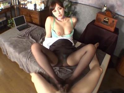 「パンストの脚の中に出して」美人痴女のパンスト美脚でチンポを責められるM男 篠田ゆう