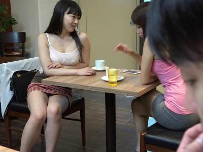 人妻が若い男をパンチラ誘惑してカフェ店内で浮気セックス 羽月希 蓮実クレア