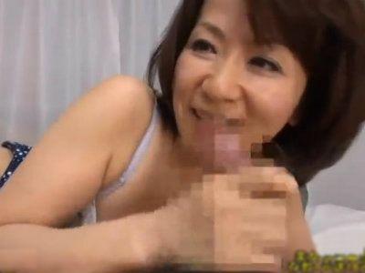電話をしてる息子のチンポを高速で手コキフェラし始める熟女ママ