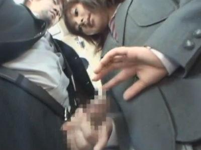 女子校行きのバスに乗ったサラリーマンのチャックを開けてチンポを出して逆痴漢するjk