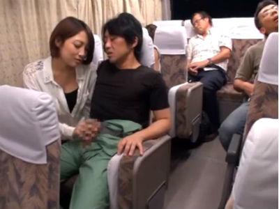 長距離バスで隣に座ったお姉さんに手コキフェラでイカされてしまった 広瀬うみ