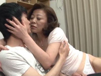 親戚の五十路淫乱叔母さんに童貞を奪われたボク 寺島千鶴