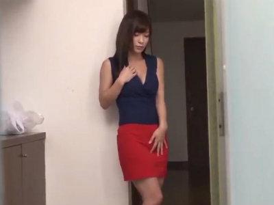 発情した美人な人妻が買い物から帰るなり自宅玄関で激しくエロオナニー かすみ果穂