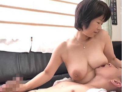 五十路ママに甘えるマザコン!大きな乳房をしゃぶりナマ挿入の膣内射精