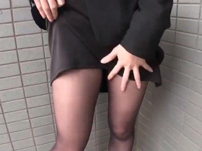 OLお姉さんがタイトスカートをまくってパンストとパンティを見せて誘惑