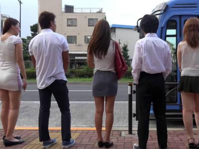 通学バスに乗り込んで思春期男子を逆痴漢する痴女人妻グループ