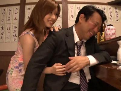 居酒屋で酔っ払った寂しいサラリーマンのおじさんを誘う巨乳美人のお姉さん 奥田咲