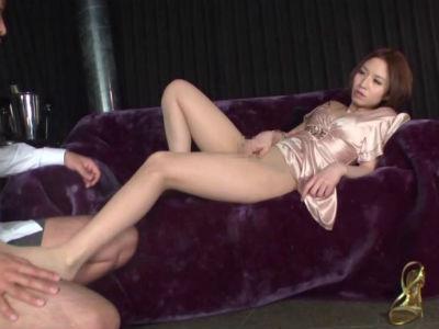 ノーパンパンストの美脚でM男を誘惑するセクシー痴女お姉さん