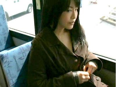 バスで居合わせた男を誘惑する人妻!部屋に誘い出し肉棒を求め淫らに狂う