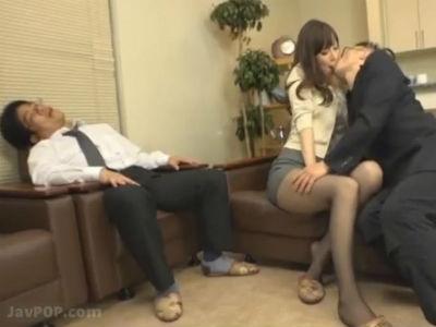 すぐそこで旦那が寝ているのに他の男とするセックスに興奮してしまう人妻 澤村レイ
