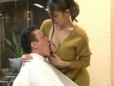胸元からおっぱいを出して客に授乳!店内でこっそりスケベしちゃう痴女美容師さん