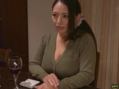 母の友達が美人で爆乳でしかも欲求不満で若いチンポを求めてくる 織田真子