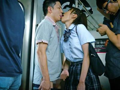 電車の中でおじさんに近づきベロチューをして手コキする変態jk