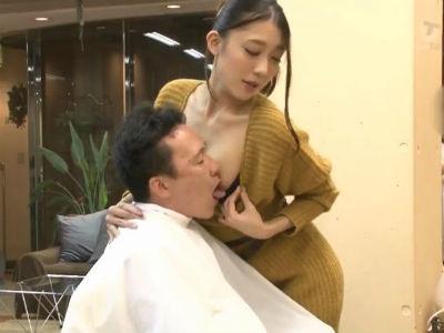 髪を切ってる最中に周りにばれないようにおっぱいを舐めさせる痴女美容師 香椎りあ