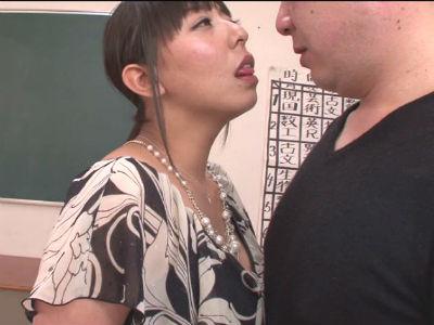 保護者面談で淫乱なスローフェラで口内射精させる巨尻美熟女校長 村上涼子