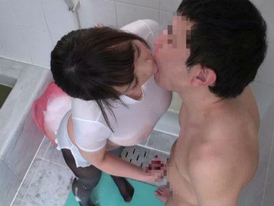 シャワーの時も黒パンストを脱がずにM男のチンポを刺激するエステ嬢