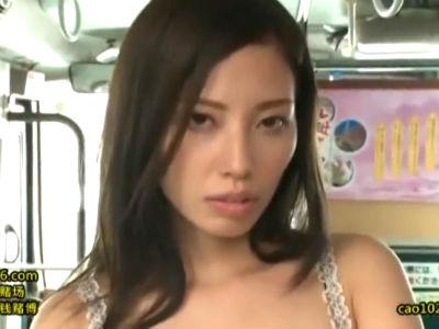 痴漢被害を受け続けた美人お姉さんがバス車内で痴漢男たちに逆襲する! 横山美雪