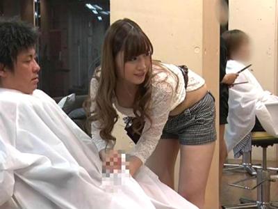 美容室のキレイなお姉さんが周りにバレないようにベロチュー手コキしてきた