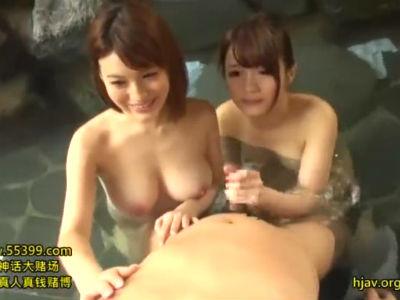 エロい体の女子大生と温泉旅行!露天風呂でパイズリとWフェラの逆3P 保坂えり 本田莉子